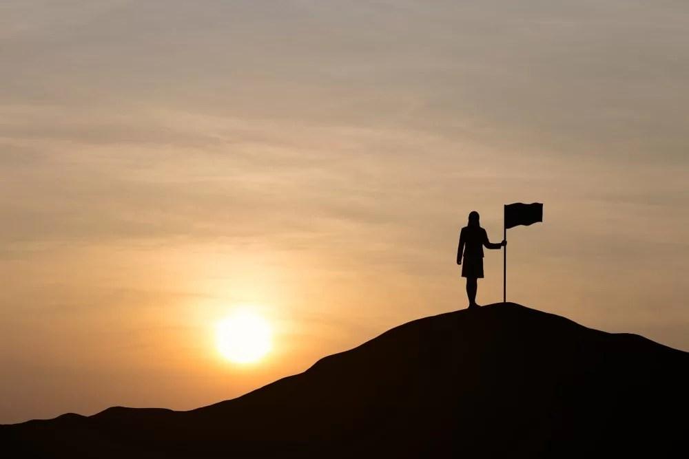 vrouw op heuvel - blogdoelen stellen