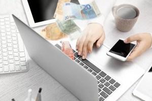 Laptop met bankbiljetten - geld verdienen met bloggen - 5 manieren