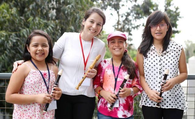 Lia con Renata Pereira y dos compañeras flautistas (foto: Sergio Aguilar para la ASP).