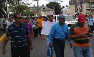 Marchan maestros de Tabasco en protesta por la reforma educativa.