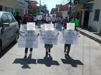 ¡Con niños! protestan por cese de maestros