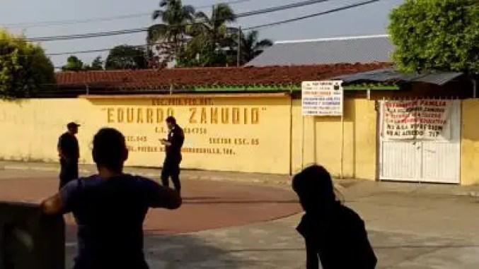 """Policías en los alrededores de la escuela primaria """"Eduardo Zamudio"""", en Huimaguillo, Tabasco"""