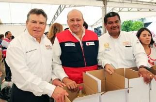 En imagen, Juan Díaz de la Torre repartiendo ayuda para damnificados.