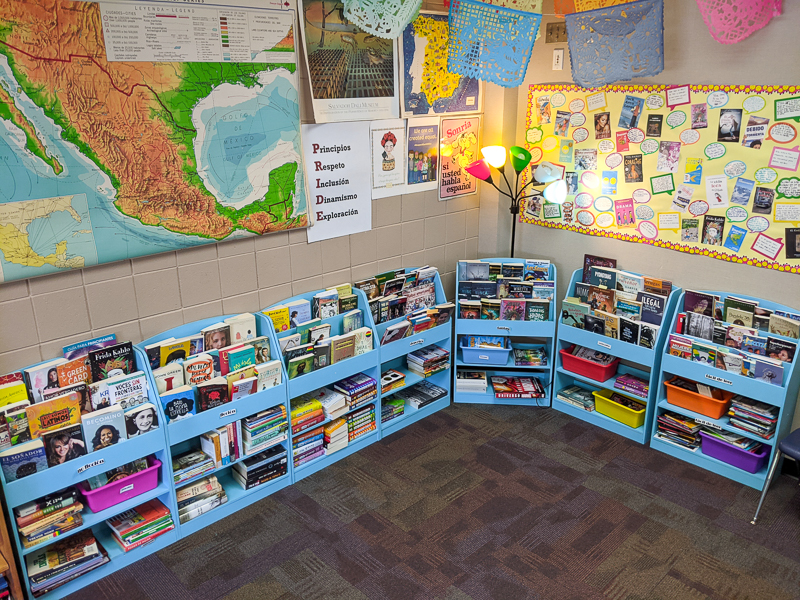 classroom library of books in Spanish for heritage speakers