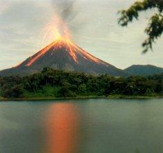 Volcan-Arenal-en-erupcion