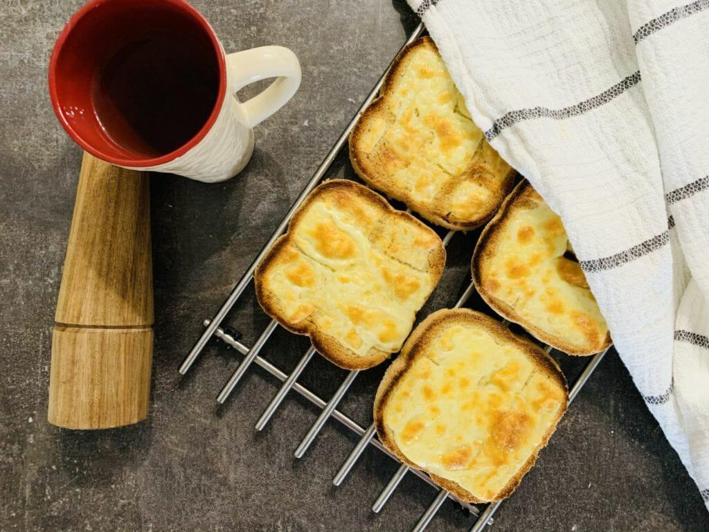 Препечени филии от домашен пълнозърнест хляб с кашкавал и ментов чай