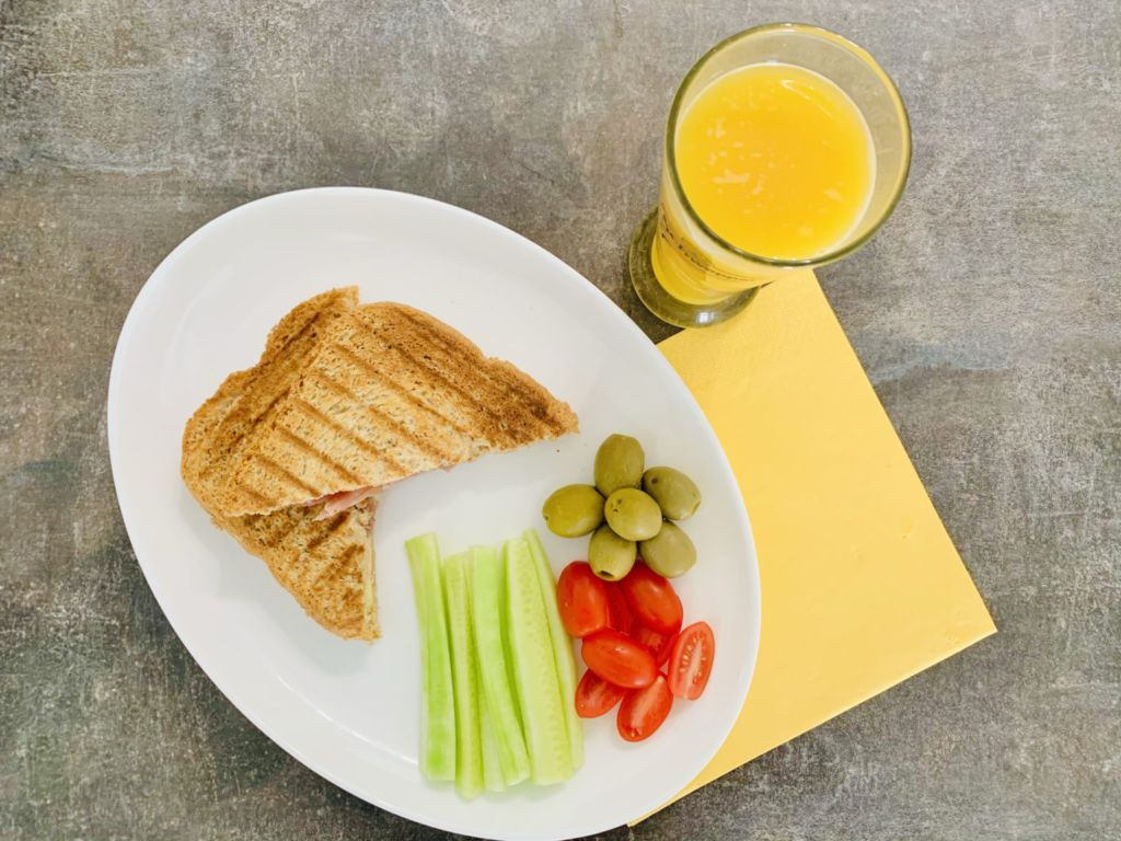 Тост с домашен хляб, прошуто и кашкавал