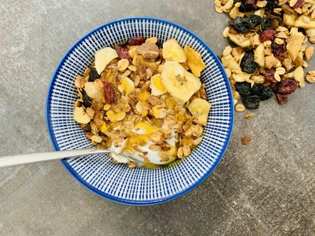 Домашна гранола с ядки и сушени плодове с цедено мляко и мед