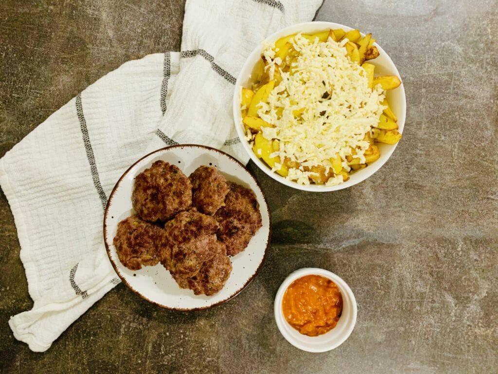 кюфтета на скара, картофи и домашна лютеница