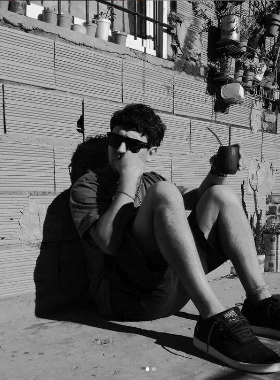 Facupoeta, joven poeta argentino tomando mate