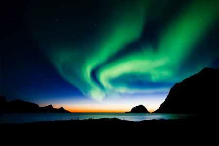 Aurora boreal sobre el mar