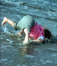 17-awkward-when-kids-fall-over-in-the-sea