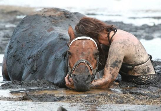 caballo-mujer-lodo1