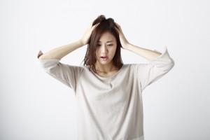 頭を抱える女性1