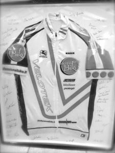 Un segno di stima nei confronti di Claudio da parte dei Soci: la nostra maglia con dedica ed autografi.