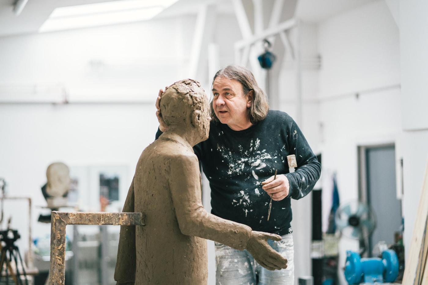 Hamburg sculptor Thomas Jastram has succeeded in capturing the essence of Walter Lange, depicting him as a life-sized bronze figure that meets the onlooker at eye level.