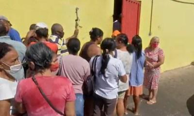 Açougue tem fila para doação de ossos em Cuiabá — Foto: TV Centro América