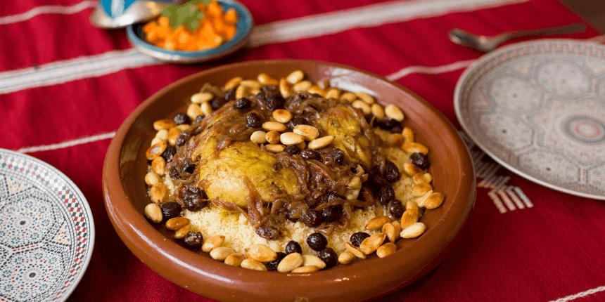 Foto van couscous met zoete kip