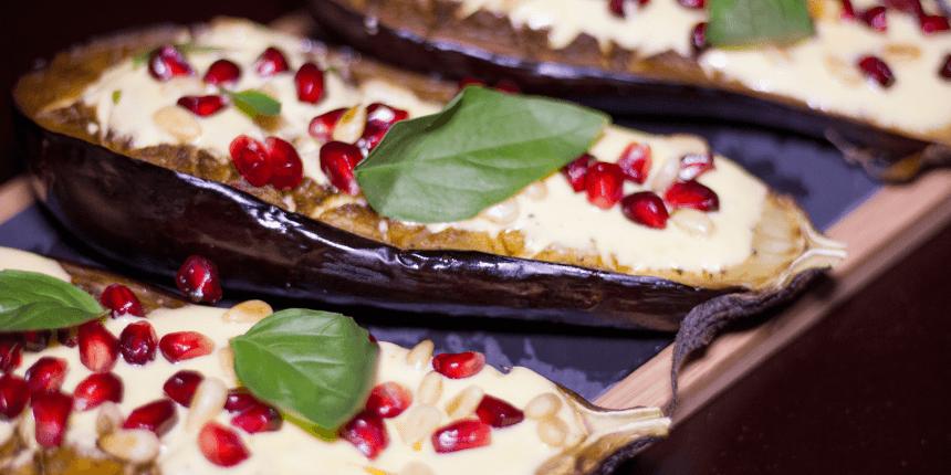 Foto van Gevulde aubergines met granaatappel