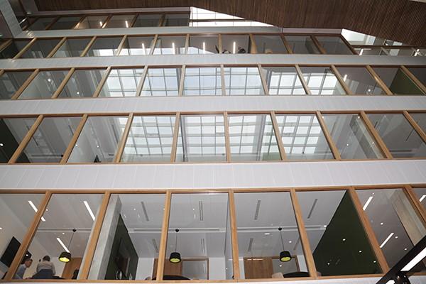 Foto glazen muur nieuwbouw Kralingse Zoom