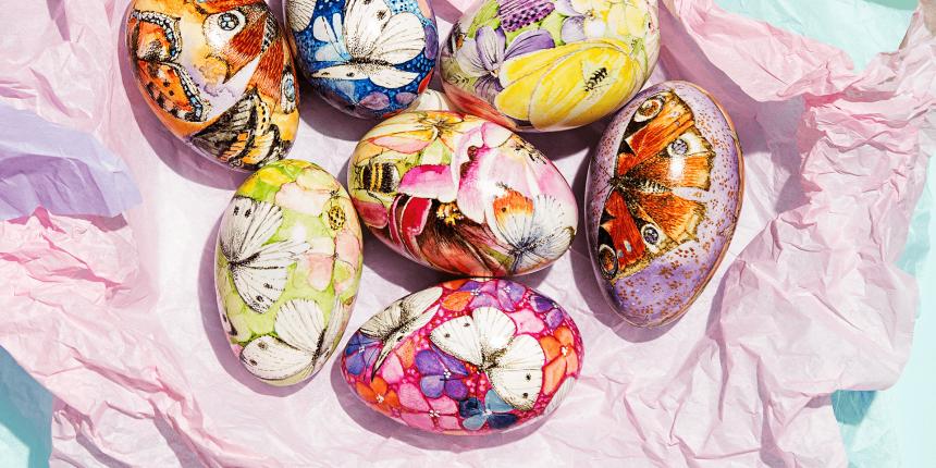 Versierde eieren met natuurtafereeltjes: landschappen, insecten en bloemen