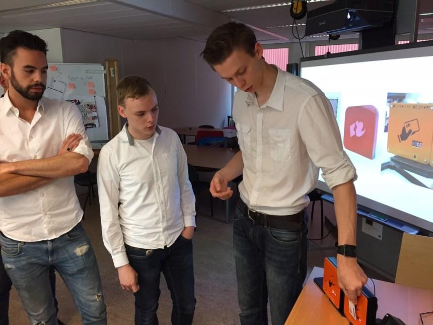 Andry, Jeroen en Ruben testen een scankastje