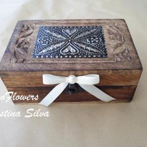 Porta alianças caixa de madeira trabalhada e aplicação em metal na tampa