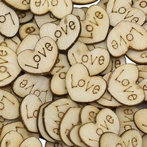 Corações em madeira LOVE