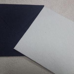 Envelope casamento 17x17cm em papel relevo com ligeiro brilho. Preto ou perola