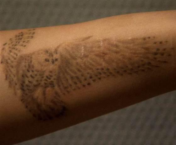 Sur son avant-bras, Sylvia a recouvert des traces inavouables par le tatouage d'un hiboux, oiseau de nuit et prédateur, à son image.