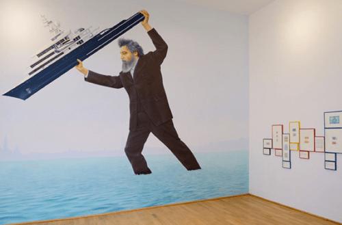 Jeremy Deller, we sit starving amidst our gold, pavillon britannique, Biennale de Venise 2013 Autoportrait de l'artiste non dépourvu d'humour, il tient dans ses mains le yacht du milliardaire Olya Abramovitch