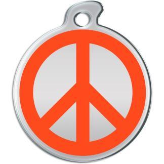 Bild einer runden Hundemarke mit orange Friedenszeichen auf Stahlhintergrund.