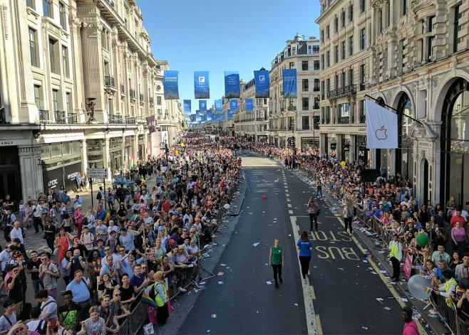 Desfile de Pride London desde la carroza de Google