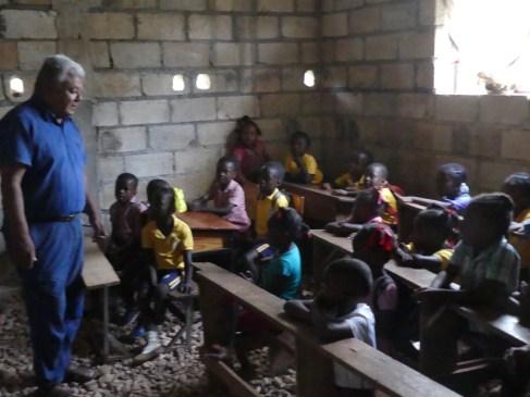 I bambini più piccoli fanno lezione nelle stanze della casa parrocchiale in costruzione.