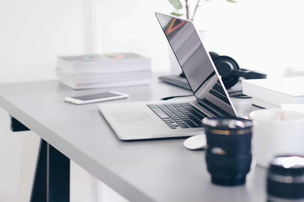 Macbookとオフィスの風景