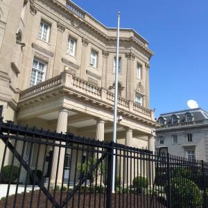 La bandera pronto ondeará en frente de la embajada de Cuba. (Foto de Manuel Gómez)