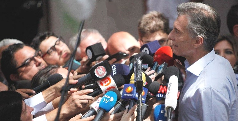 Argentine president Mauricio Macri being questioned by reporters.