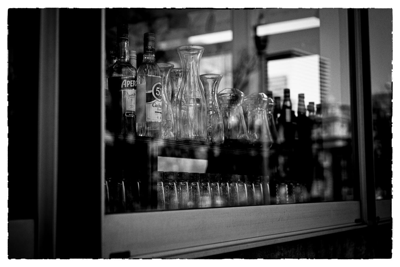窓に並ぶ酒瓶