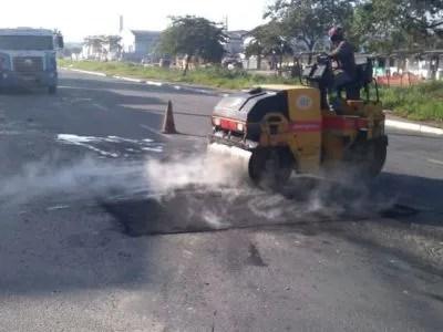 Manutenções em buracos são realizadas em ruas e avenidas nesta sexta-feira