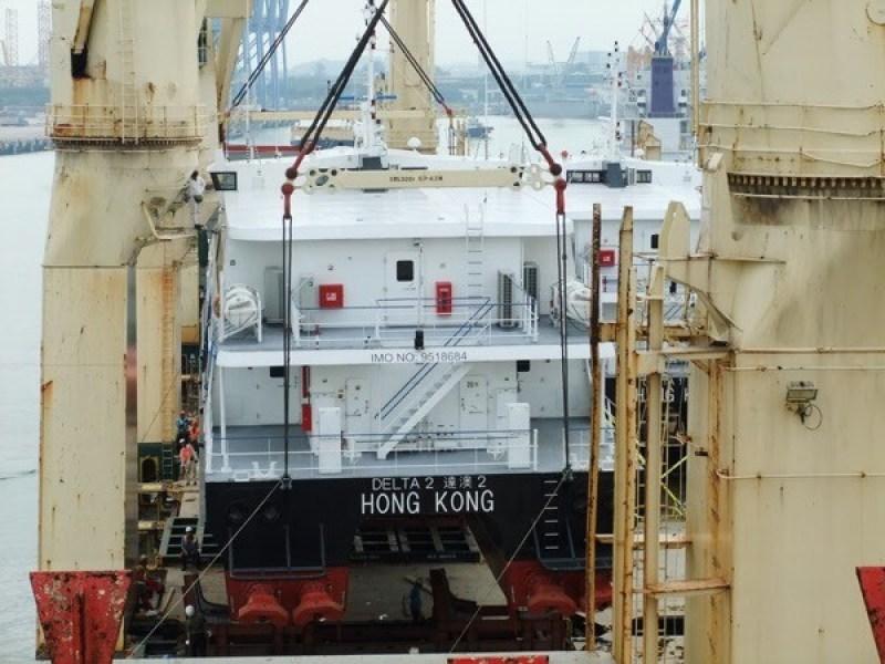 Rickmers Antwerp loading 2 catamarans for Hong Kong in Jurong Port