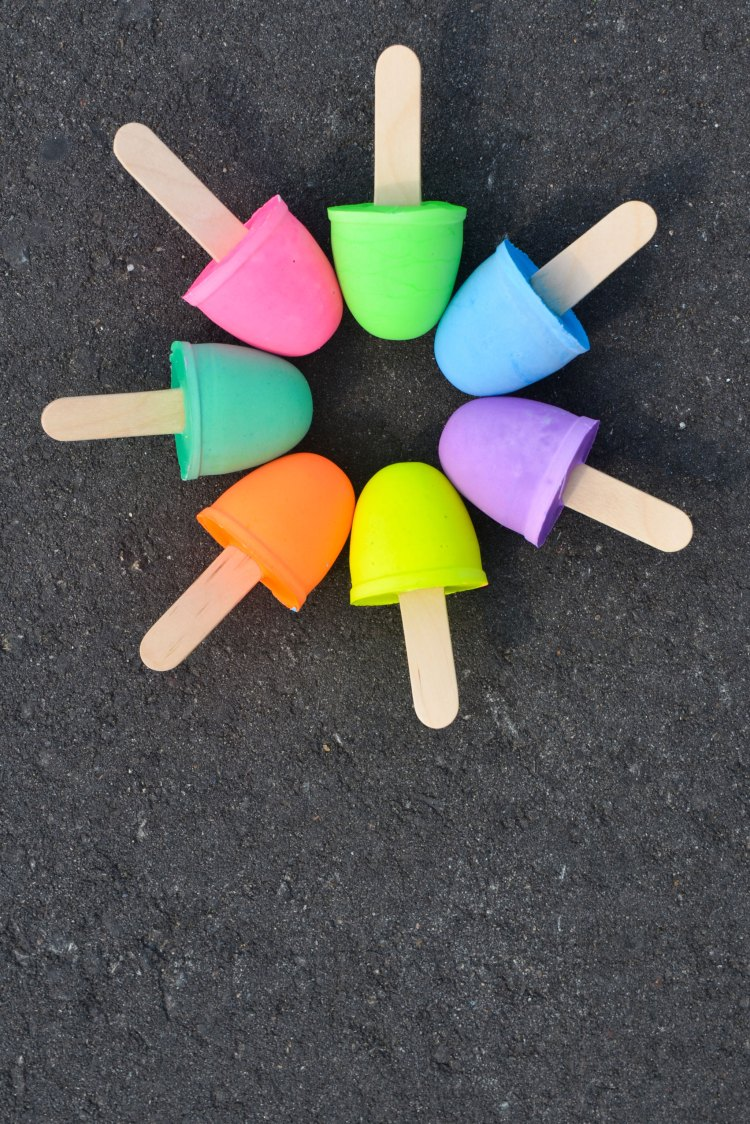 crafts for kids with paper, easy DIY craft ideas for kids, easy paper crafts for kids, DIY craft ideas Mix up a batch of homemade sidewalk chalk - Project Nursery