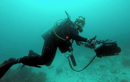 using the navigator underwater scanner on dive in palau