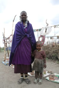 masai-woman-and-child-with-their-artwork_1