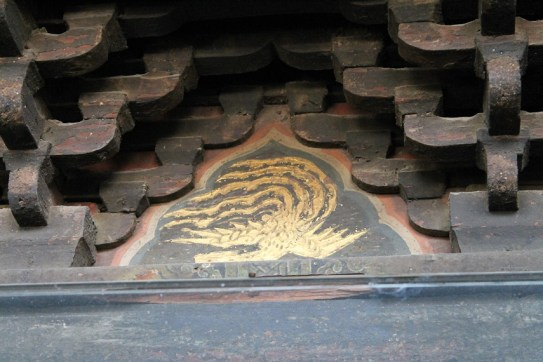 Golden phoenix engraved on the lintel between two bracket-sets (Photo by Di Luo)