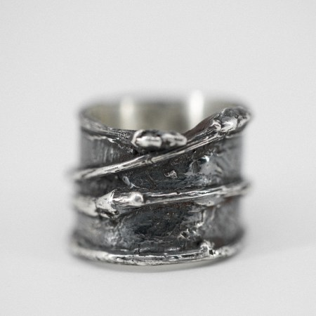 Pipe style ring with twigs