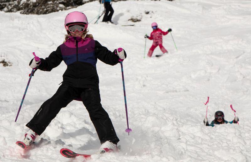 Tre barn som åker slalom i Almåsa