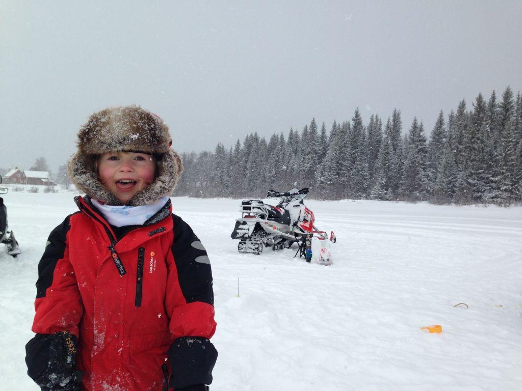 Ett barn fiskar på isen