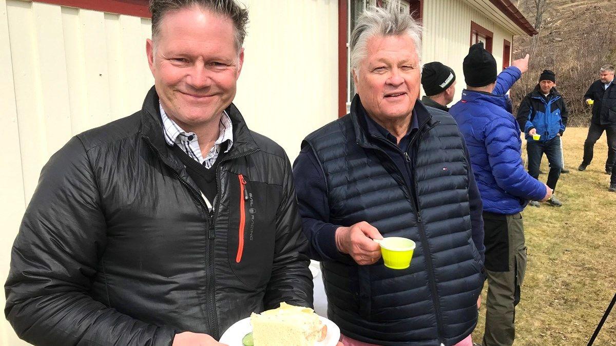 Krokoms kommundirektör Jonas Törngren och Dan Olofsson vid första spadtaget för Projekt Kaxås