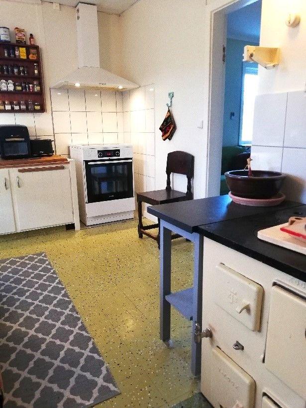 SÅLD! O'Larsgården i Åflo till salu – kök och vedspis.