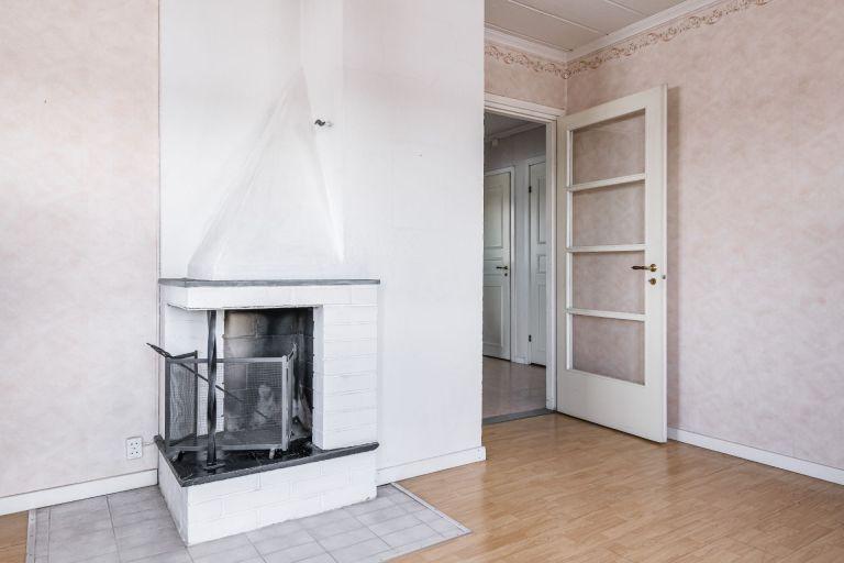 SÅLD! Öppen spis och dörr mot hall. Fastigheten Kaxås 128 till salu.